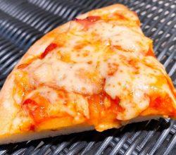 トマトソースとソーセージのピザ